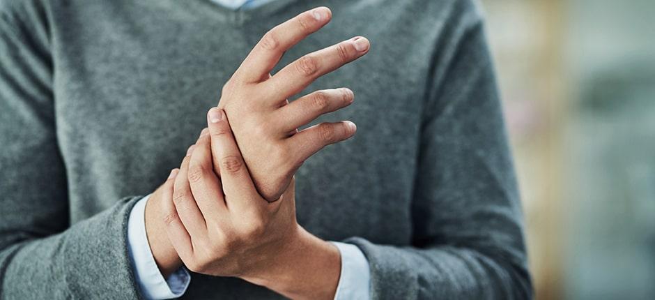 Hombre con artritis
